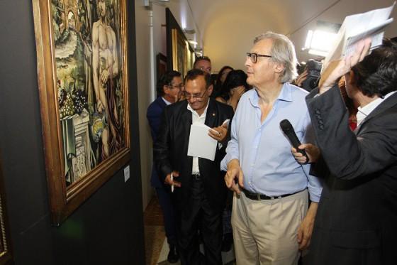 Il Prof. Sgarbi ammira un dipinto di Piancastelli