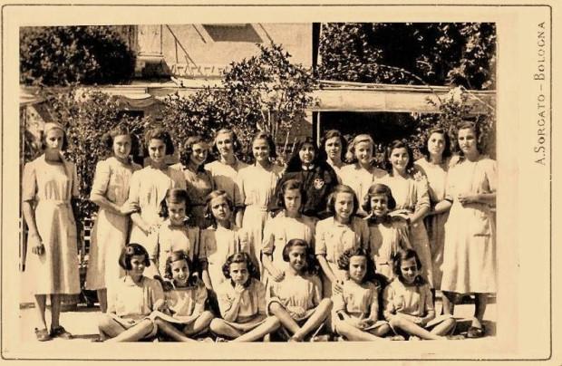 Lucia Tondini ai tempi del collegio ( a sinistra vicino alla suora )