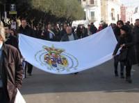 la Grande Bandiera portata in corteo al ponte