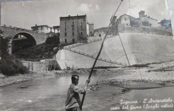 Magrô che pesca nel fiume Lamone .con la bilancia. Sulla sponda, i ciottoli che non esistono più perché depredati per fare la ghiaia
