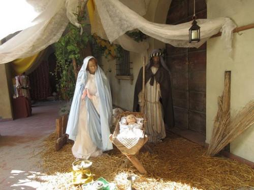 """Presepe sotto il loggiato di via don G. Ciani. Natale """"2019- Particolare."""